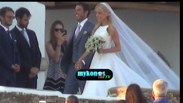 ονειρικος γαμος για Νομικου και Θεοδωριδη με φοντο το ασπρο και γαλαζιο της Μυκονου!